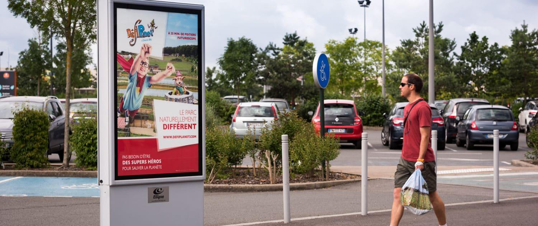 Panneau d'affichage situé sur le parking d'Auchan Poitiers Sud