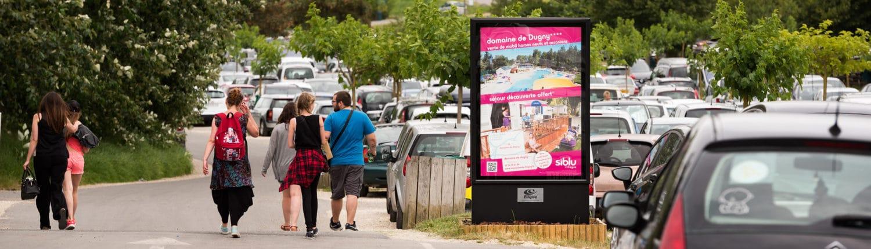 Panneau d'affichage situé sur le parking du zoo de Beauval